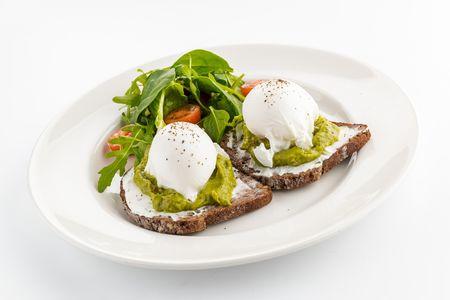 Яйца-пашот на тостах из бородинского хлеба со сливочным сыром