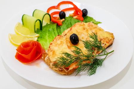Форель запеченная с помидорами и сыром