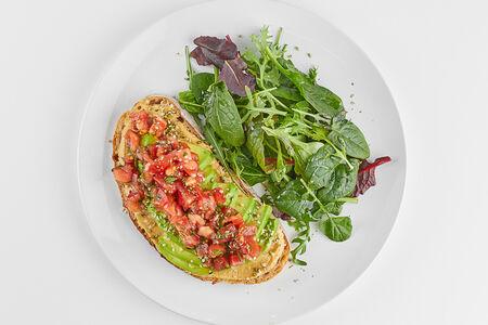 Авокадо-тост с хумусом и томатной сальсой