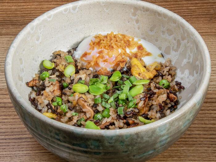 Жареный рис с грибами и яйцом пашот