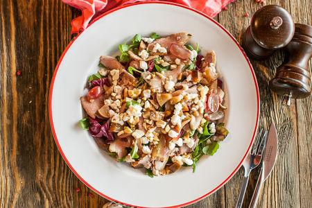 Салат с уткой и копченой грушей