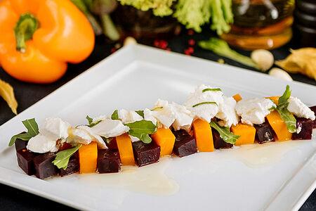 Салат с печеными овощами и сыром рикотта