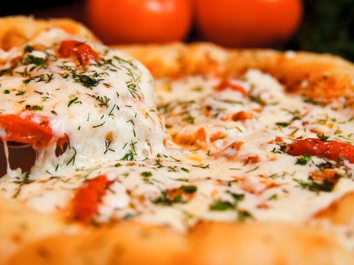 Пицца с курицей, беконом и сырными бортами