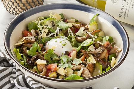 Салат с лесными грибами и яйцом Пашот