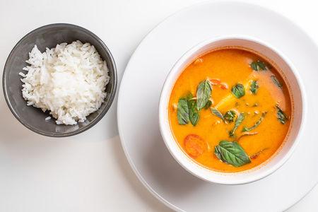 Тайский суп Том-Ям с креветками и паровым рисом