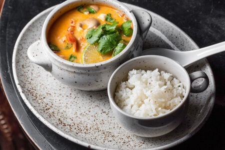 Тайский суп Том-Ям Кунг с креветками, вешенками и паровым рисом