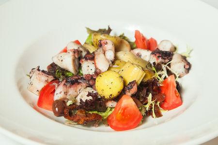 Салат с осьминогом, молодым картофелем и артишоком