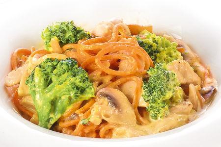 Спагетти с курицей и брокколи