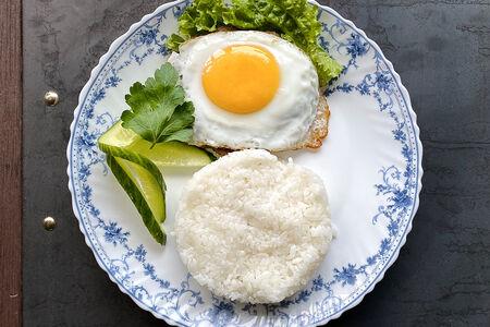 Бифштекс с яйцом и пюре