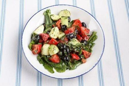 Салат из свежих огурцов и помидоров с ореховым соусом и оливками