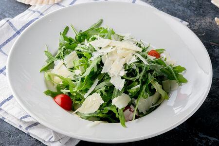 Салат из рукколы с пармезаном и черри