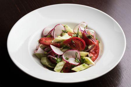 Домашний салат из свежих овощей и зелени