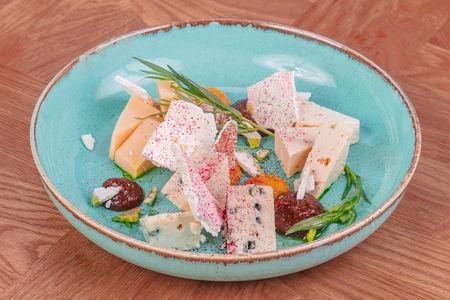 Тарелка сыров с луковым гелем и курагой