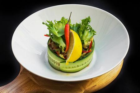 Салат из свежих овощей с лососем