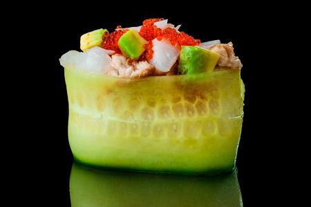 Гункан в огурце с креветкой, угрем и авокадо