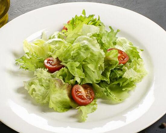 Салатные листья с помидорами