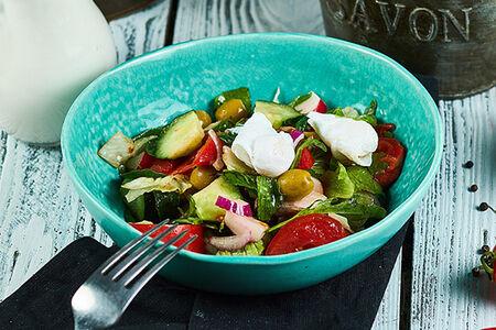 Летний салат со страчателлой и перепелиным яйцом