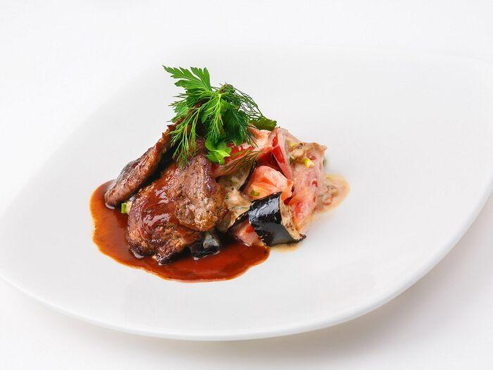 Салат из обжаренных баклажанов и говяжьей вырезки