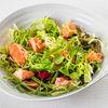 Фото к позиции меню Зеленый салат с припущенным лососем и лаймовой заправкой