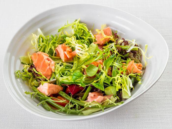 Зеленый салат с припущенным лососем и лаймовой заправкой