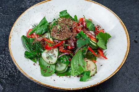 Салат из свежих овощей со шпинатом