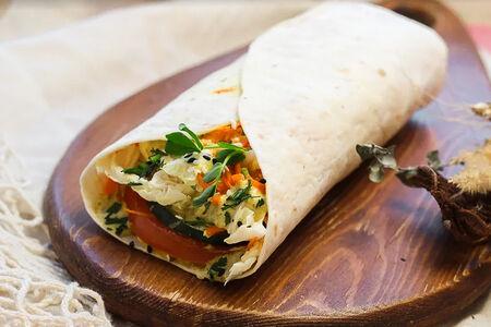 Ролл с хумусом и овощами