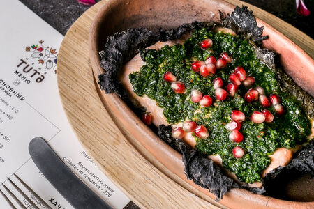 Форель в виноградных листьях, приготовленная на кеци