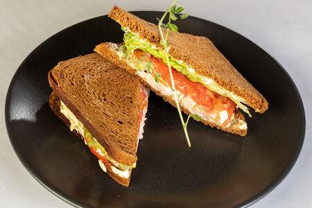Сэндвич с гуакамоле и копчёной курицей