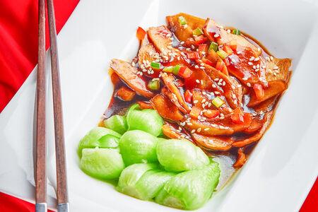 Жареные грибы Синь бао с салатом Пак-чой