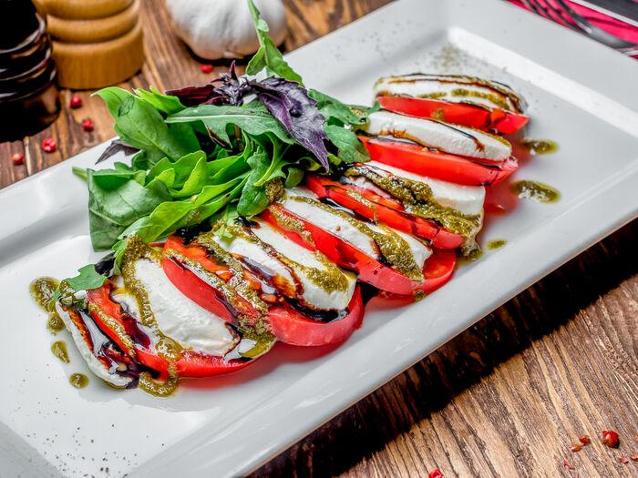 Салат Моцарелла с томатами Капрезе