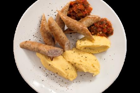 Колбаски из индейки с картофельным пюре и аджикой