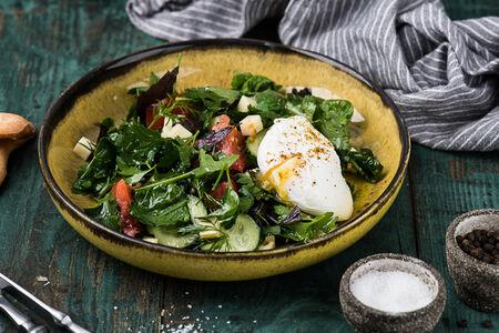 Овощной салат с яйцом пашот