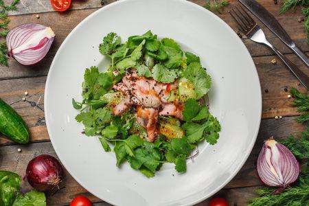 Микс салатов с запеченной говядиной