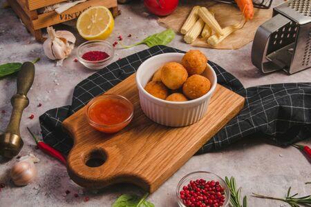 Сырные шарики с остро-сладким соусом