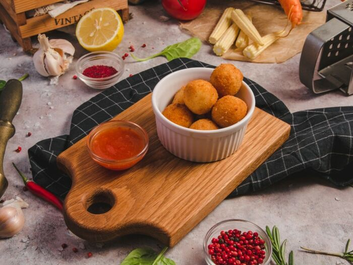 Сырные шарики с соусом Сладкий Чили