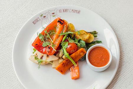 Овощи на гриле с мини-картофелем и томатным соусом