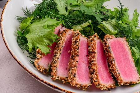 Азиатский салат с филе тунца