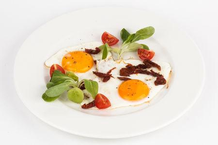 Яичница-глазунья с томатами