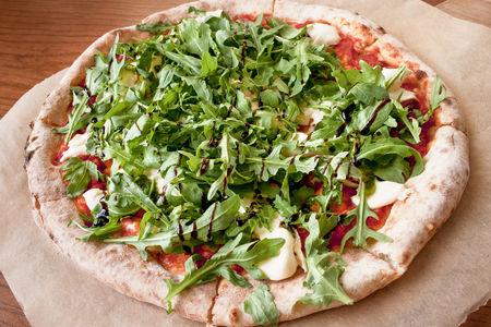 Пицца с бураттой и бальзамическим кремом