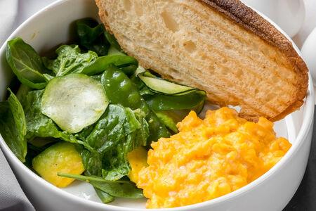 Скрембл с зеленым салатом