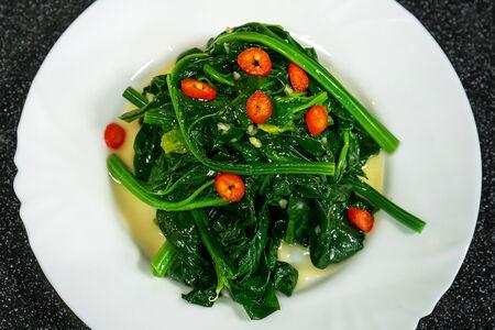 Салат из шпината с чесноком