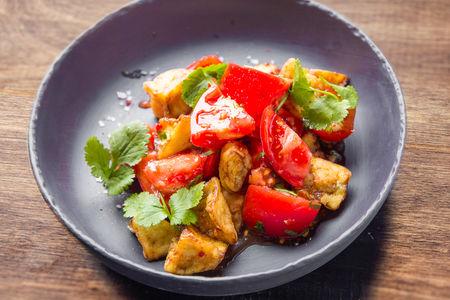 Салат с томатами и хрустящим баклажаном