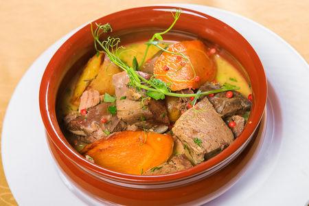 Конина, томленная с картофелем и овощами в горшочке
