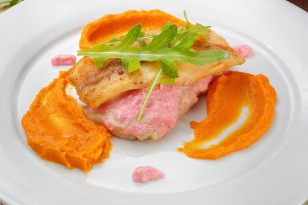 Пангасиус с имбирным соусом на пюре из батата