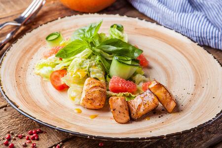 Легкий салат с лососем и филе грейпфрута