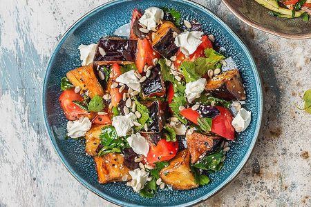 Теплый салат с хрустящими баклажанами