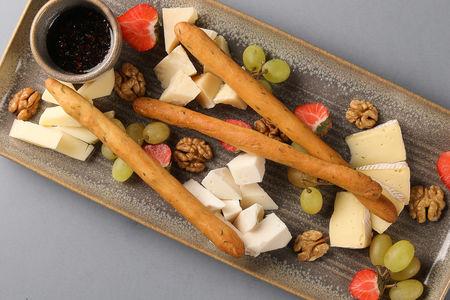 Ассорти сыров с гриссини и медом