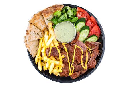 Гирос в тарелке с говядиной и бараниной