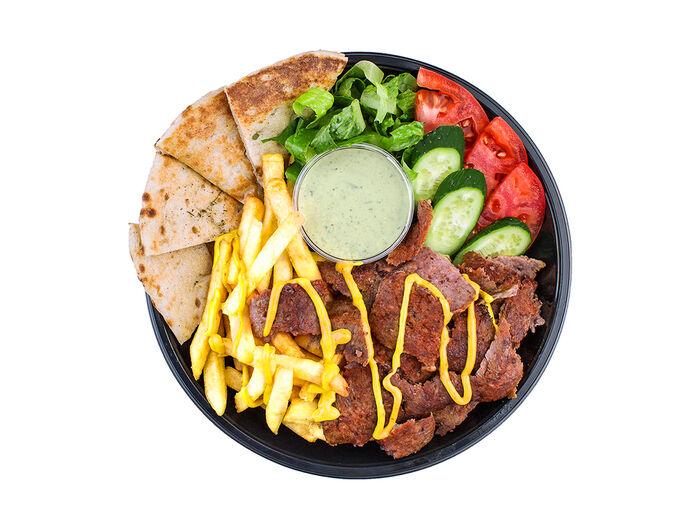 Гирос в тарелке с говядиной-бараниной