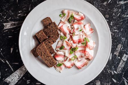 Сало с чесноком с бородинским хлебом